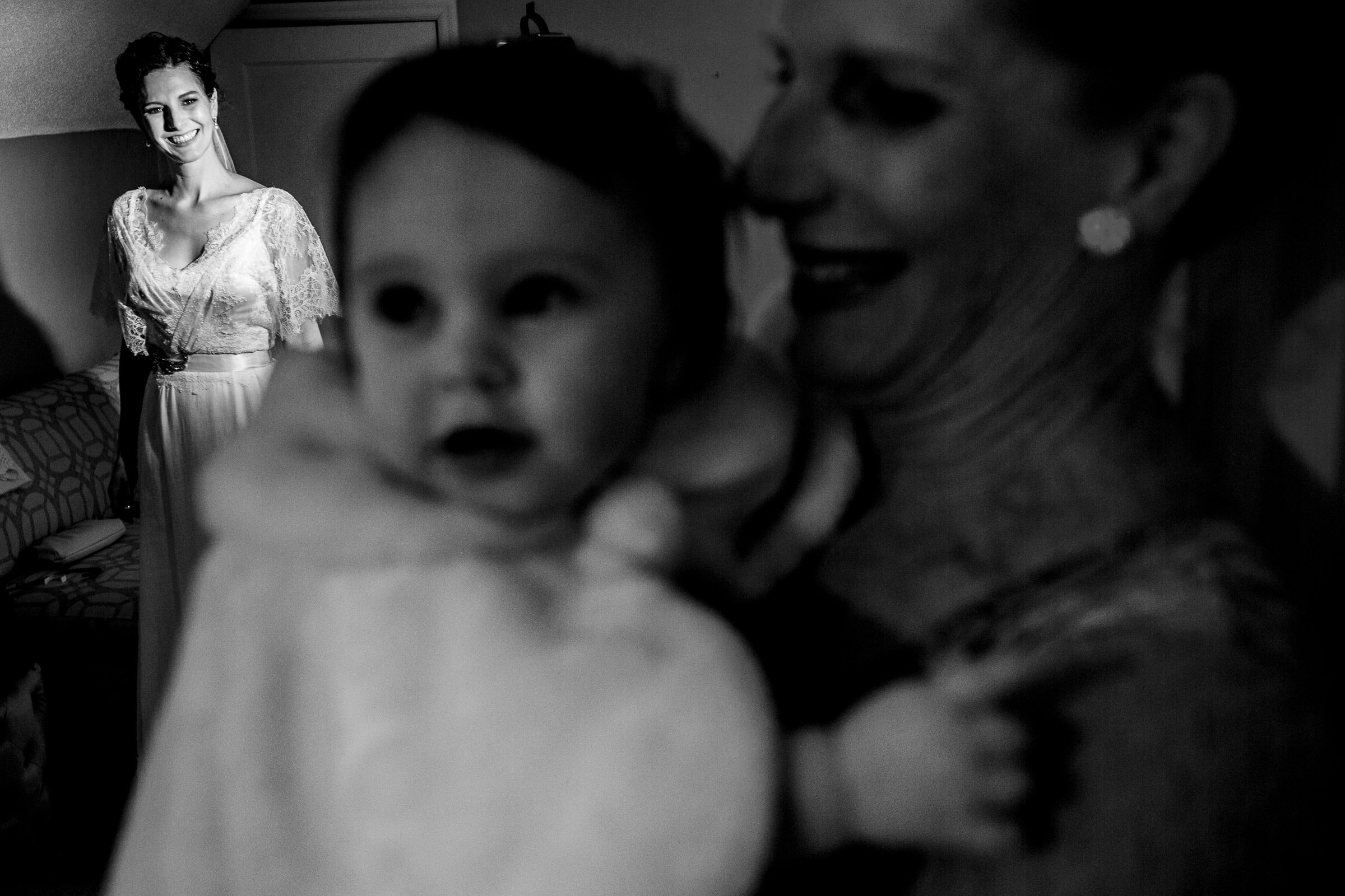Bride getting ready for her small Kansas City elopement with her mother and small daughter